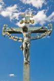 Kreuz in Prag mit blauem Himmel Stockfotografie