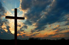 Kreuz am Sonnenuntergang stockfoto