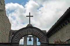 Kreuz und Bell an einem spanischen Auftrag Lizenzfreie Stockbilder
