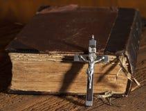Kreuz und Bibel Lizenzfreie Stockfotografie