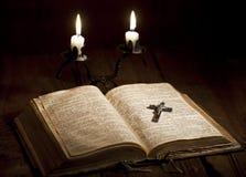 Kreuz und Bibel Stockfoto