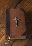 Kreuz und Bibel Stockfotos