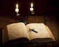 Kreuz und Bibel Stockfotografie
