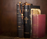 Kreuz und Bibeln Stockbilder