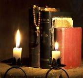Kreuz und Bibeln Stockfoto