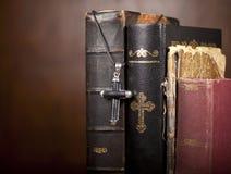 Kreuz und Bibeln Lizenzfreies Stockfoto