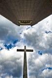 Kreuz und Kathedrale Lizenzfreie Stockfotografie