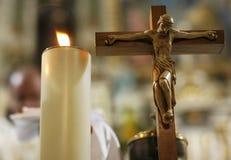Kreuz und Kerze stockbilder