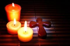 Kreuz und Kerzen stockbild