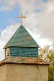 Kreuz und Kirchturm auf einer alten Kirche Stockfotos