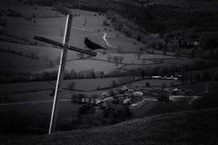 Kreuz und Krähe lizenzfreie stockbilder