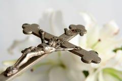 Kreuz und Osterlilien Lizenzfreie Stockbilder