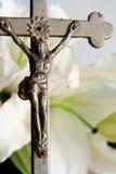 Kreuz und Osterlilien Stockbild