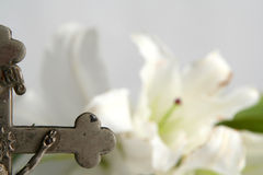 Kreuz und Osterlilien Stockfotos