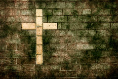 Kreuz von Christ aufgebaut in der Wand lizenzfreies stockbild