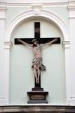 Kreuz von Jesus Christ auf der Wand Stockbilder