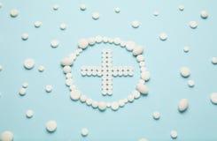 Kreuz von wei?en Pillen auf blauem Hintergrund Medizinische Behandlung, Krankenwagen lizenzfreie stockfotografie
