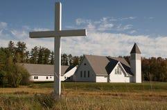 Kreuz vor Kirche Lizenzfreie Stockbilder