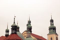 Kreuze auf den Hauben der Kirche stockfotos