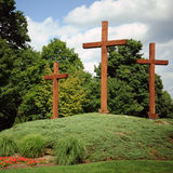 Kreuze auf einem Hügel stockbilder