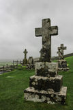 Kreuze auf Grundsteinen im Kirchhof in Irland Stockbilder