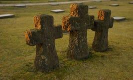 Kreuze am Sonnenuntergang Deutscher Militärfriedhof Langemark WW1, Belgien Lizenzfreie Stockfotografie