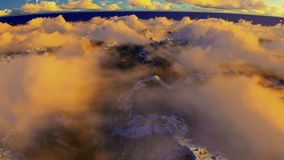 Kreuzen über Wolken und schneebedeckten Bergspitzen vektor abbildung