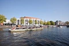 Kreuzen auf den Fluss Amstel Amsterdam Niederlanden stockfotos