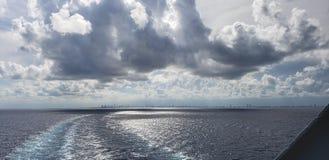 Kreuzen auf einem Boot lizenzfreie stockbilder