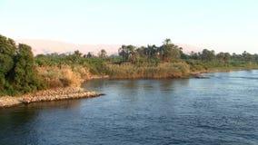 Kreuzen durch die Bank des Flusses Nil in Ägypten stock video footage