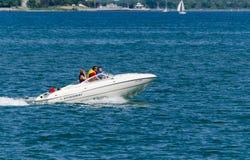 Kreuzen in einem Motorboot Stockfoto