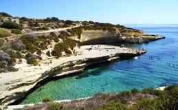 Kreuzen entlang den Kosten von Malta stockfotos
