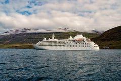 Kreuzen f?r Vergn?gen Kreuzschiff im Meer auf Berglandschaft in Sejdisfjordur, Island Ozeandampfer im Meer mit stockbilder