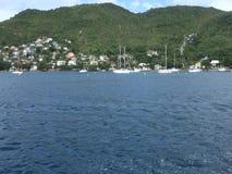 Kreuzen hinter den Yachten verankert in den Karibischen Meeren durch Fähre stock video footage