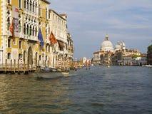 Kreuzen hinunter Grand Canal in Venedig Stockbilder