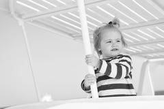 Kreuzen mit Kindern Gestreiftes Hemd des Kindersieht lächelndes Gesichtes wie Seemann aus Reisende Kreuzfahrt des Kinderjungenkle stockfoto