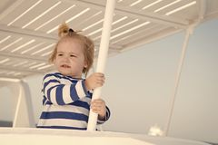 Kreuzen mit Kindern Gestreiftes Hemd des Kindersieht lächelndes Gesichtes wie Seemann aus Reisende Kreuzfahrt des Kinderjungenkle stockfotografie