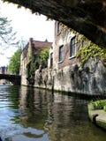Kreuzen Sie über dem Fluss einer Stadt von Brügge Lizenzfreies Stockfoto