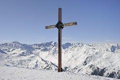 Kreuzen Sie auf dem Gipfel auf einem Berg in Österreich Stockfotos