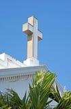 Kreuzen Sie auf die Dachoberseite einer alten weißen Kirche Lizenzfreies Stockbild
