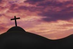 Kreuzen Sie auf einem Hügel und dem heiligen Himmel Stockfoto