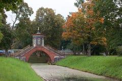 Kreuzen Sie die Brücke. Tsarskoye Selo. stockfoto
