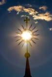 Kreuzen Sie eine Sonne Stockbild