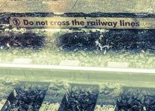 Kreuzen Sie nicht die Bahnlinien Stockbild