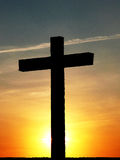 Kreuzen Sie am Sonnenuntergang Stockbild