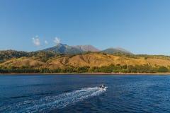 Kreuzen zu Sangeang-Vulkan Indonesien stockbild