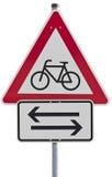 Kreuzende Fahrräder - Verkehrszeichen lizenzfreie stockfotos