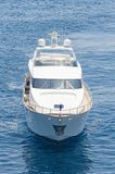 Kreuzende Luxusbewegungsyacht das blaue Wasser Stockfoto