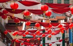 Kreuzende rote Lanternsand Rot-Fahnen Lizenzfreie Stockbilder