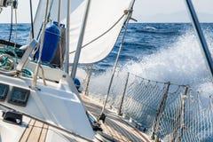 Kreuzende Yacht des schnellen Segelns auf das Auf den Fersen folgen stockfotos